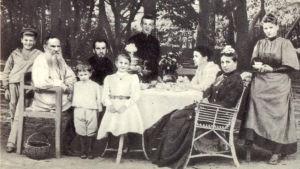 familjeporträtt av Tolstojs på Jasnaja Poljana, 200 km söder om Moskva.