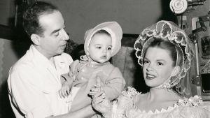 Familjen Minnelli 1946. Från vänster Vincente Minnelli, Liza Minnelli och Judy Garland.