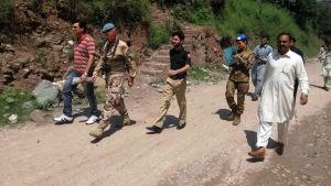 FN:s militärobservatörer besöker ett område i Kashmir där det rapporteras om klusterbombattack i augusti 2019