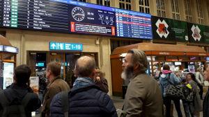 Människor på Helsingfors centralstation på onsdagen.