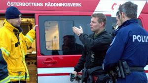 Sjöbevakaren Michael Nordlund pratar med räddningsledaren Ismo Ojala.