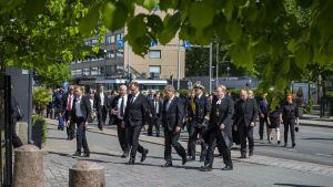 Statsledningen och kyrkans representanter går mot minnesmärke under minnesstund som hedrade offren i inbördeskriget.