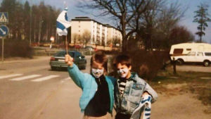 Tomi Kaukinen ja serkku heiluttavat suomenlippua 80-luvulla Ruotsissa.