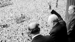 Brittiska premiärministern Churchill vinkar till folkmassor i London