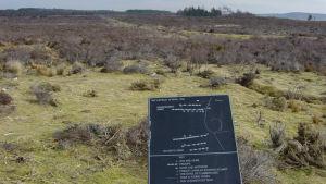 Slagfältet vid heden Culloden i Skottland med ett plakat om trupplinjerna. Slaget inträffade den 16 april 1746 och blev det sista jakobitiska upproret.