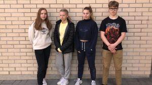Elever från Winellska som gjort en undersökning på droganvändingen i Kyrkslätt.