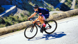 Triathleten Aino Luoma cyklar på en landsväg