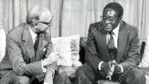 Storbritanniens utrikesminister lord Carrington tillsammans med president Robert Mugabe den 28 augusti 1980.