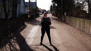 Kujerruksia-blogin Linnea lukee kirjaa kadulla.