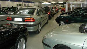 Bilar på rad i en bilaffär