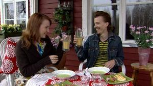 Paul och Lee äter sommarsoppor.