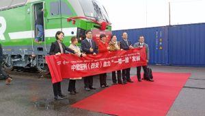 Människor och ett tåg vid invigningen av godtågförbindelsen mellan Kouvola och Xi'an.