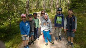 Ett gänt Icehearts-barn ute i blåbärsskogen.