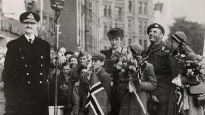 Norska kungen och kronprinsfamiljen fotograferad vid återkomsten till Norge, 7 juni 1945.