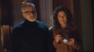 Föräldrarna Dean (Bradley Whitford) och Missy (Catherine Keener) står bredvid varandra och ser ler.