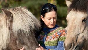 Anki Väyrynen med två av sina hästar.