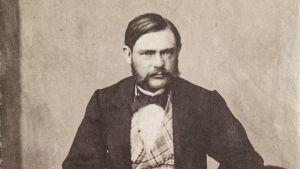 Alfred Nobels äldre bror Robert Nobel, som gift bosatt i Helsingfors.