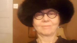 en kvinna med en pälshatt