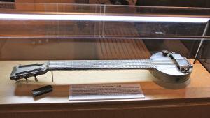 """Bild av den första elgitarren, Rickenbackers """"stekpanna"""""""