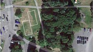 En bild ovanifrån med två rutor inritat där man önskar bygga padeltennisbanor på en gräsplan.