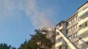 Brand i ett höghus i Gårdsbacka