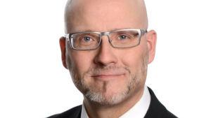 Pekka Sinisalo i silvriga glasögon .