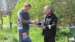 Klas Mattsson tackas av brandmästare Reijo Salminen