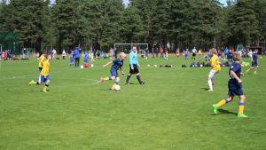 Barn spelar fotboll under Östersjö cup 2015.