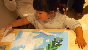 Japansk flicka målar med händerna.