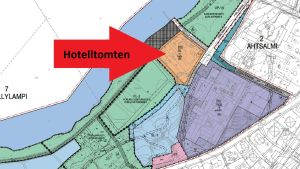 En karta där en röd pil med svarta texten Hotelltomten pekar på en del av kartan.