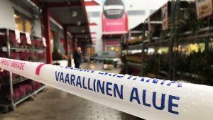 """Avspärrningsband med texten """"vaarallinen alue"""" utanför köpcentret där yrkesinstitutet i Kuopio håller till."""