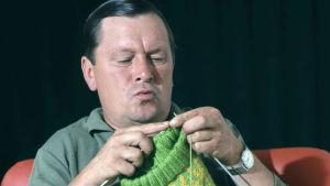 Näyttelijä Leo Jokela neulomassa.