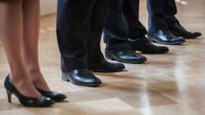 Skor på ett golv.