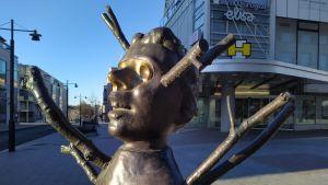 Oksapoika -patsas Kuopion keskustassa