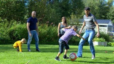 Fotbollsspel på gården hos vänfamiljen Svenlin i Larsmo.