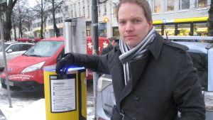 Frank Hoverfelt vid laddningspunkten vid Stationsvägen i Ekenäs.