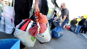 Kassar och gåvor i massor utanför mottagningscentralen i Vasa.