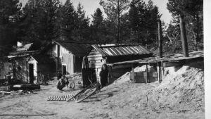 Jälleenrakennuksen aikaan jouduttiin asumaan myös korsuissa