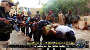 Män tvingas i kö under vapenhot i Irak