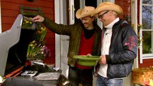Paul och Jim grillar