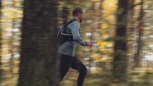 Mikko Peltola juoksee syksyisessä metsässä.