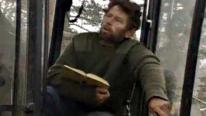 Pentti Linkola metsätyökoneen kopissa (1991).