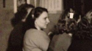 Litteraturvetaren, författaren Agneta Rahikainens mamma jobbade i telefoncentralen i Pargas i slutet av 1940-talet och början av 1950-talet. Det var under den tid hon skötte sin far, Agnetas morfar som låg sjuk hemma. På bilden syns hon i profil.