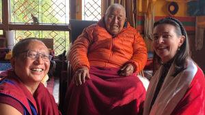 Anne Brunila tervehtimässä lama Yongdzin Rinpochea Khenpo Gelek Jinpan kanssa Triten Norbutse -luostarissa, Kathmandu, helmikuu 2020.