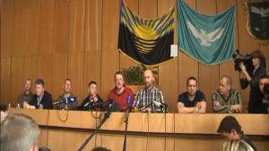 De tillfångatagna observatörerna sade under en presskonferens att de mår bra.