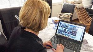 Edina Bilajac ylläpitää yhteyksiä Facebookin ja Skypen kautta