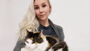 Kissa naisen sylissä
