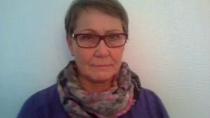 glasögonprydd dam med kort hår