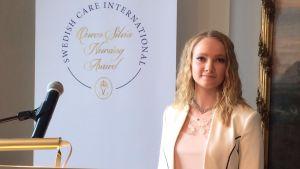 Michella Ena på prisutdelning vid Svenska Ambassaden i Helsingfors.