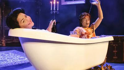Daniela Franzell och Amanda Nyman i badkaret.
